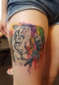 Sehr farbenfrohes, realistisches Tiger-Tattoo