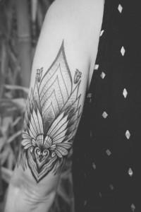 Sehr präzise ausgeführtes Fineline Blackwork-Tattoo