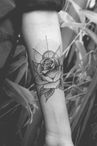 Rosen-Motiv in einem Stylemix aus Traditional und Dotwork-Tattoo