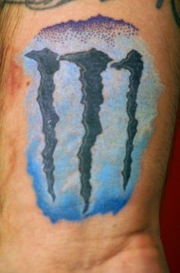 "Buntes ""Monster Energy"" Logo-Tattoo"
