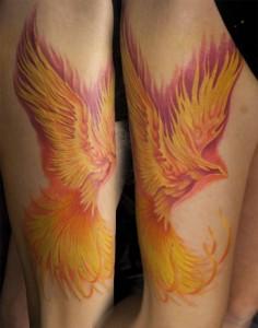 Die Tätowierung des Feuervogels ist im Tattoostudio INKEREI in Dresden entstanden