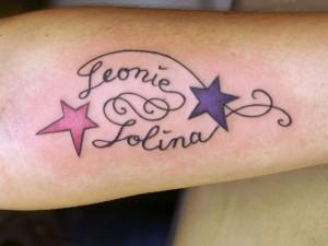 """Einfaches Schrift/Sterne-Tattoo """"Leonie & Jolina"""" von Künstler Lutz"""