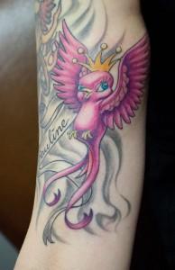 Das klassische Tattoo-Motiv einer Schwalbe als New School-Tätowierung