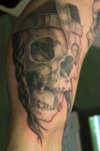 Wunderschönes Black & Grey Tattoo-Motiv eines Schädels von Lutz