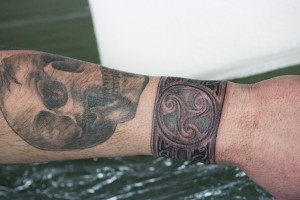 von Lutz tätowiertes Black & Grey-Design eines Schädel und eines Ornament-Bands am Handgelenk