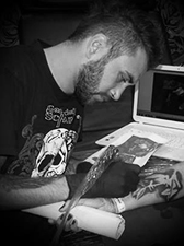 Tätowierer Skypy bei seiner Arbeit, dem Tätowieren