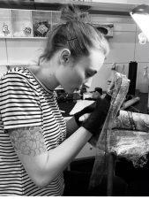 Tätowiererin Jenny arbeit seit 2019 im Tattoostudio INKEREI hier in Dresden.